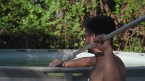 Η κινηματογράφηση σε πρώτο πλάνο, ινδικός τύπος στα γυαλιά χωρίς ένα πουκάμισο καθαρίζει τη λίμνη απόθεμα βίντεο