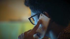 Η κινηματογράφηση σε πρώτο πλάνο, ινδικό άτομο στα γυαλιά μιλά στο τηλέφωνο, συζητά τις επιχειρησιακές ερωτήσεις απόθεμα βίντεο