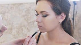 Η κινηματογράφηση σε πρώτο πλάνο καλλιέργησε το πλαίσιο ενός κοριτσιού με τα καπνώδη μάτια σύνθεσης βραδιού που κάθεται στην καρέ απόθεμα βίντεο