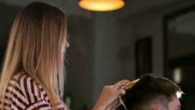 Η κινηματογράφηση σε πρώτο πλάνο, κύριος κομμωτής hairstyle και ύφος με το ψαλίδι και τη χτένα Έννοια Barbershop απόθεμα βίντεο