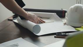 Η κινηματογράφηση σε πρώτο πλάνο ο αρχιτέκτονας λειτουργεί σε ένα νέο πρόγραμμα Το άτομο - ο αρχιτέκτονας χρωματίζει ένα σχέδιο,  απόθεμα βίντεο