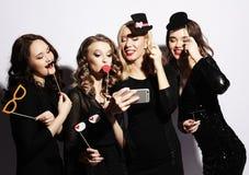 Η κινηματογράφηση σε πρώτο πλάνο που πυροβολείται μόνο της ομάδας γελώντας κοριτσιών που έχουν το κόμμα, παίρνει Στοκ εικόνες με δικαίωμα ελεύθερης χρήσης