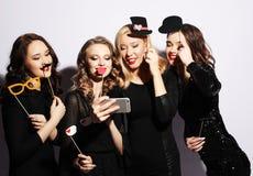 Η κινηματογράφηση σε πρώτο πλάνο που πυροβολείται μόνο της ομάδας γελώντας κοριτσιών που έχουν το κόμμα, παίρνει Στοκ φωτογραφία με δικαίωμα ελεύθερης χρήσης