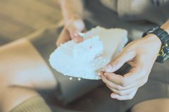 Η κινηματογράφηση σε πρώτο πλάνο στα χέρια σπουδαστών διακοσμεί τις κουρτίνες διακοσμήστε στοκ εικόνα με δικαίωμα ελεύθερης χρήσης