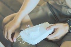 Η κινηματογράφηση σε πρώτο πλάνο στα χέρια σπουδαστών διακοσμεί τις κουρτίνες διακοσμήστε στοκ εικόνες