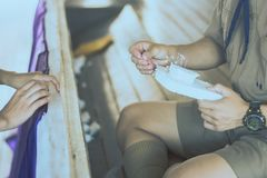 Η κινηματογράφηση σε πρώτο πλάνο στα χέρια σπουδαστών διακοσμεί τις κουρτίνες διακοσμήστε στοκ εικόνα