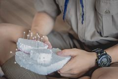 Η κινηματογράφηση σε πρώτο πλάνο στα χέρια σπουδαστών διακοσμεί τις κουρτίνες διακοσμήστε στοκ φωτογραφία με δικαίωμα ελεύθερης χρήσης