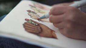 Η κινηματογράφηση σε πρώτο πλάνο της διαδικασίας τα σκίτσα, χέρι κρατά την αισθητή μάνδρα και τη ζωγραφική απόθεμα βίντεο