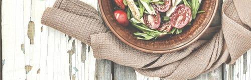 Η κινηματογράφηση σε πρώτο πλάνο της εύγευστης σαλάτας του arugula με τις ντομάτες κερασιών και το στήθος κοτόπουλου σε έναν άργι Στοκ Εικόνες