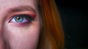 Η κινηματογράφηση σε πρώτο πλάνο της ζάλης του μπλε ματιού makeup με τα ρόδινα μακροχρόνια eyelashes σκιών και ακτινοβολεί στο μα φιλμ μικρού μήκους