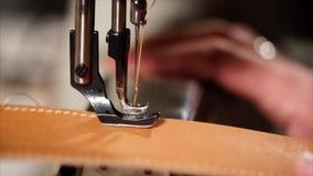 Η κινηματογράφηση σε πρώτο πλάνο της λειτουργώντας ράβοντας μηχανής, η βελόνα και το πόδι κάνουν τις βελονιές απόθεμα βίντεο