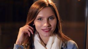 Η κινηματογράφηση σε πρώτο πλάνο της χαμογελώντας νέας κυρίας Πορτρέτο HD φιλμ μικρού μήκους