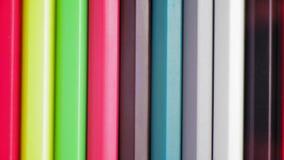 Η κινηματογράφηση σε πρώτο πλάνο, τοπ άποψη, σειρά των χρωματισμένων μολυβιών περιστρέφεται αργά γύρω απόθεμα βίντεο