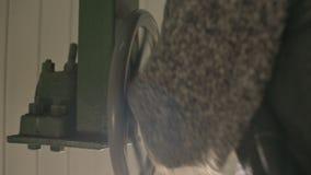 Η κινηματογράφηση σε πρώτο πλάνο του αρσενικού ερευνητή χεριών Α περιστρέφεται τη χειρωνακτική ρόδα του ανοίγοντας μηχανισμού των απόθεμα βίντεο