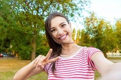 Η κινηματογράφηση σε πρώτο πλάνο του καθιερώνοντος τη μόδα προσώπου κοριτσιών κάνει selfie τη φωτογραφία στοκ φωτογραφία με δικαίωμα ελεύθερης χρήσης
