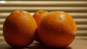 Η κινηματογράφηση σε πρώτο πλάνο του πορτοκαλιού που περιστρέφεται σε ένα ξύλινο πιάτο περιτυλίχτηκε φιλμ μικρού μήκους