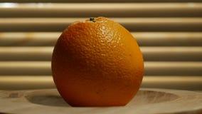 Η κινηματογράφηση σε πρώτο πλάνο του πορτοκαλιού που περιστρέφεται σε ένα ξύλινο πιάτο περιτυλίχτηκε απόθεμα βίντεο