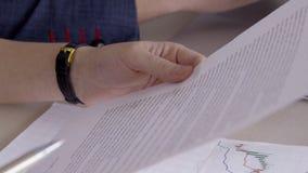 Η κινηματογράφηση σε πρώτο πλάνο του προσώπου είναι σημαντικό έγγραφο μελέτης με το κείμενο με τη μάνδρα στα χέρια απόθεμα βίντεο