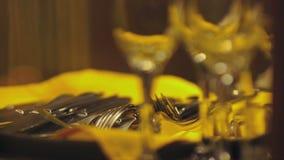 Η κινηματογράφηση σε πρώτο πλάνο του χεριού του σερβιτόρου παίρνει τα μαχαιροπήρουνα για να βάλει τον πίνακα απόθεμα βίντεο