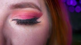 Η κινηματογράφηση σε πρώτο πλάνο του όμορφου μπλε ματιού makeup με τις ρόδινες σκιές και ακτινοβολεί μάτι εξετάζοντας ευθεία τη κ απόθεμα βίντεο