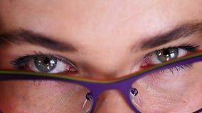 Η κινηματογράφηση σε πρώτο πλάνο των θηλυκών προκλητικών ματιών, μέρος του θηλυκού προσώπου, ντύνει τα μοντέρνα όμορφα γυαλιά, θε απόθεμα βίντεο