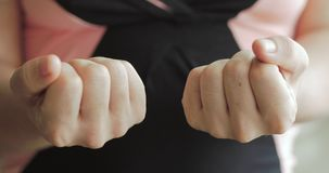 Η κινηματογράφηση σε πρώτο πλάνο των θηλυκών χεριών, κάποιος χύνει μια δέσμη των οπιούχων χαπιών συνταγών στο χέρι Έννοια της υγε φιλμ μικρού μήκους