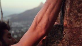Η κινηματογράφηση σε πρώτο πλάνο των ορειβατών δίνει να πιάσει αναρριμένος βράχου φιλμ μικρού μήκους