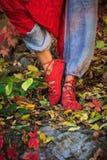 Η κινηματογράφηση σε πρώτο πλάνο των ποδιών γυναικών στη γιόγκα θέτει στο ζωηρόχρωμο OU φύλλων φθινοπώρου στοκ εικόνα με δικαίωμα ελεύθερης χρήσης