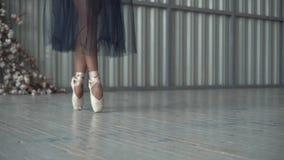 Η κινηματογράφηση σε πρώτο πλάνο των ποδιών του χορευτή μπαλέτου στα παπούτσια pointe, τα καλσόν και το πλέγμα περιζώνουν το χορό απόθεμα βίντεο
