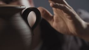 Η κινηματογράφηση σε πρώτο πλάνο των χεριών δημιουργεί ήπια την κανάτα από τον άργιλο Ο αγγειοπλάστης δημιουργεί το προϊόν φιλμ μικρού μήκους