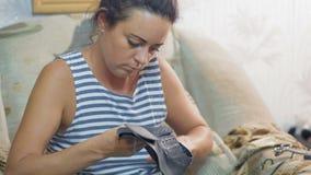 Η κινηματογράφηση σε πρώτο πλάνο, όμορφος βιομηχανικός εργάτης παπουτσιών γυναικών προετοιμάζει το κατάλυμα δέρματος για τα υποδή φιλμ μικρού μήκους