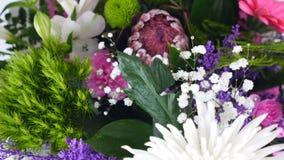 Η κινηματογράφηση σε πρώτο πλάνο, άποψη άνωθεν, λουλούδια, ανθοδέσμη, περιστροφή, floral σύνθεση αποτελείται από το anastasis χρυ απόθεμα βίντεο