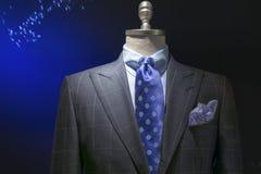 Γκρίζο ελεγμένο σακάκι με το ελεγμένο πουκάμισο, μπλε δεσμός σημείων Πόλκα Στοκ Φωτογραφίες