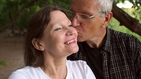 Η κινηματογράφηση σε πρώτο πλάνο ενός ηλικιωμένου ατόμου φιλά ήπια τη σύζυγό του φιλμ μικρού μήκους