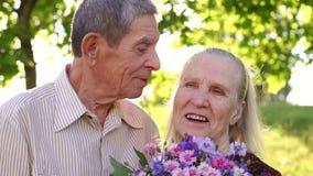 Η κινηματογράφηση σε πρώτο πλάνο ενός παππού φιλά την ευτυχή σύζυγό του απόθεμα βίντεο
