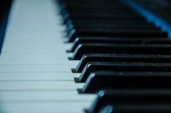 Η κινηματογράφηση σε πρώτο πλάνο ενός πιάνου κλειδώνει με την εκλεκτική εστίαση στοκ εικόνες με δικαίωμα ελεύθερης χρήσης