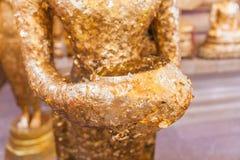 Η κινηματογράφηση σε πρώτο πλάνο επιχρύσωσε το αρχαίο άγαλμα του Βούδα με το κύπελλο ελεημοσυνών Στοκ Εικόνες