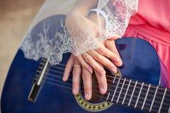 Η κινηματογράφηση σε πρώτο πλάνο, εσθήτα, νύφη, δύο, λευκό, προσφορά Στοκ φωτογραφίες με δικαίωμα ελεύθερης χρήσης