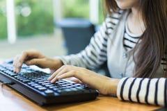 Η κινηματογράφηση σε πρώτο πλάνο μιας γυναίκας δίνει την πολυάσχολη δακτυλογράφηση σε ένα lap-top Στοκ φωτογραφία με δικαίωμα ελεύθερης χρήσης