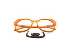 η κινηματογράφηση σε πρώτο πλάνο πλαστά γυαλιά, αντέχει τη μορφή Στοκ Εικόνες