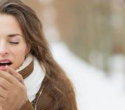 Η κινηματογράφηση σε πρώτο πλάνο στη νέα θέρμανση γυναικών παραδίδει το χειμερινό πάρκο Στοκ Εικόνες