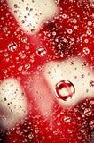 Η κινηματογράφηση σε πρώτο πλάνο στο υπόβαθρο πτώσεων νερού στο ουράνιο τόξο χρωματίζει την επιφάνεια Στοκ Εικόνες