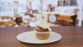 Η κινηματογράφηση σε πρώτο πλάνο, συμπιέζει την κρέμα muffin απόθεμα βίντεο