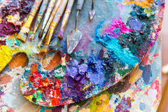 Η κινηματογράφηση σε πρώτο πλάνο της παλέτας τέχνης με τα ζωηρόχρωμα μικτά χρώματα και Στοκ φωτογραφία με δικαίωμα ελεύθερης χρήσης