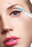Η κινηματογράφηση σε πρώτο πλάνο της όμορφης γυναίκας παίρνει την έγχυση Όμορφο πρόσωπο και η σύριγγα (πλαστική χειρουργική και κ Στοκ εικόνες με δικαίωμα ελεύθερης χρήσης