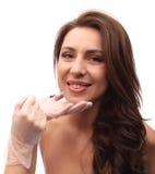 Η κινηματογράφηση σε πρώτο πλάνο της όμορφης χαμογελώντας γυναίκας παίρνει την έγχυση στα χείλια της Απομονωμένος πέρα από την άσ στοκ φωτογραφίες