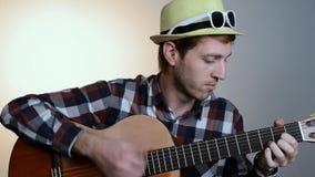 Η κινηματογράφηση σε πρώτο πλάνο του ατόμου δίνει την κιθάρα παιχνιδιού απόθεμα βίντεο