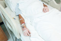 Η κινηματογράφηση σε πρώτο πλάνο του αλατούχου σταλαγματιά-ασθενή αναγνωρίζει στο νοσοκομείο με IV αλατούχο στοκ φωτογραφίες