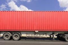 Η κινηματογράφηση σε πρώτο πλάνο του κόκκινου εμπορευματοκιβωτίου στο φορτηγό Στοκ Φωτογραφίες