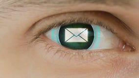 Η κινηματογράφηση σε πρώτο πλάνο του ματιού με το κείμενο υπολογιστών Ζουμ στο centr Μήνυμα σημαδιών απεικόνιση αποθεμάτων